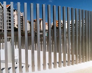 Apex Solo fence in metalic silver finish RAL 9006